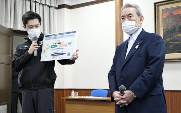 意見交換後、記者の質問に答える吉村大阪府知事(左)と松本関経連会長(4日、大阪府庁)
