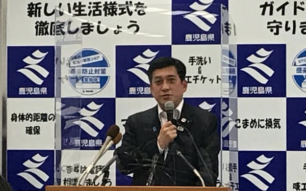 飲食店への時短営業要請の対応を発表する、鹿児島県の塩田知事(4日、鹿児島市)