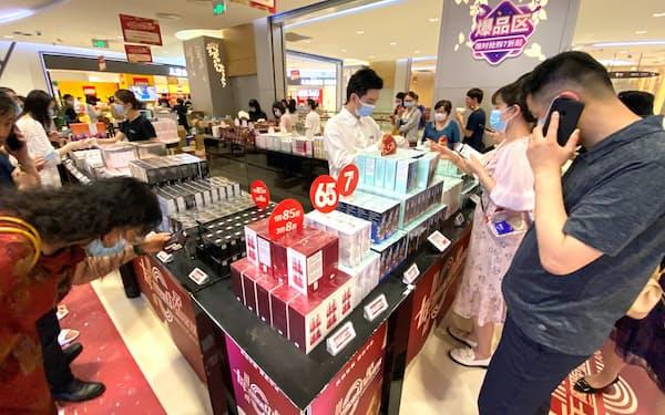 中国・海南島の免税店は化粧品などを買い求める人でにぎわう(5月)