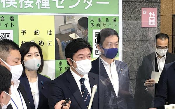 記者会見する中山防衛副大臣(4日、防衛省)