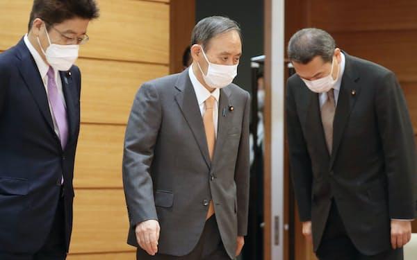 閣議に臨む菅首相(4日午前、首相官邸)
