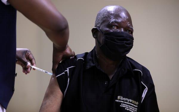 アフリカではコロナワクチン接種が遅れている(5月、ヨハネスブルク)=ロイター