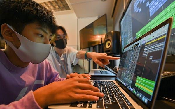 パソコンを使って曲作りの基礎を学ぶ生徒(大阪市中央区のTryHard DJ Academy)