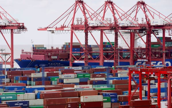 輸出は元高が重荷となっている(上海市の港)=ロイター