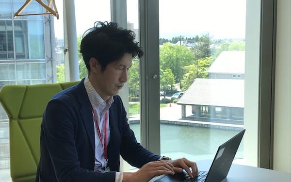 本社への提案をリモートで行う損保ジャパンの高木慶太さん(山形県鶴岡市)
