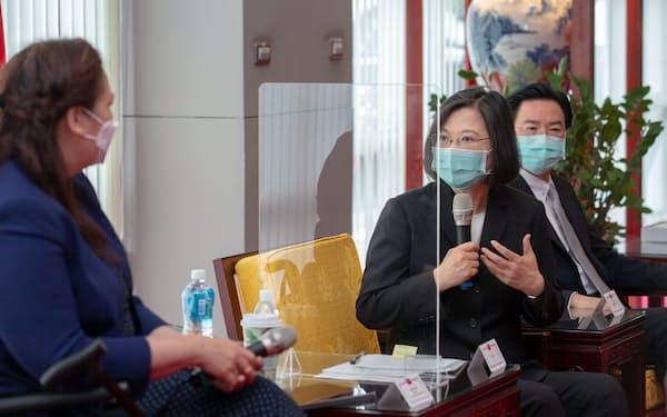 蔡英文総統は6日、米上院議員と会談し、ワクチン提供に謝意を示した(台北市)=総統府提供