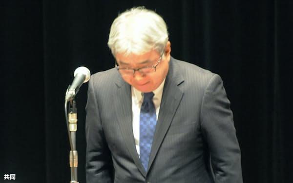 北海道アイヌ協会の総会で頭を下げる日本テレビの小杉社長(6日午後、札幌市)=共同
