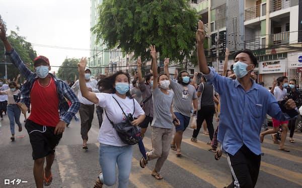 ミャンマーでは国軍への抗議活動が続いている(3日、ヤンゴン)=ロイター