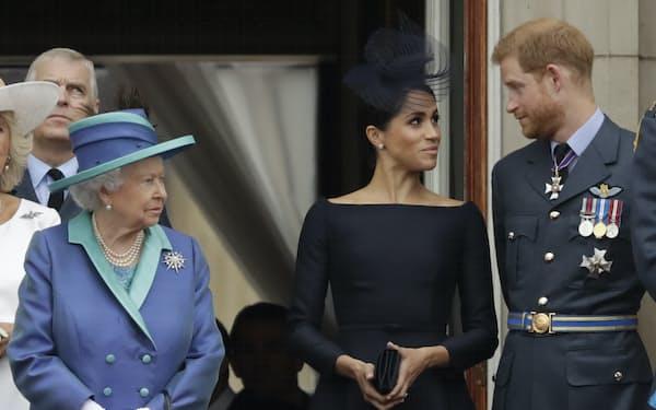 ヘンリー王子(右)とメーガン妃(中)の第2子の名前は、祖母であるエリザベス女王(左)から取った(2018年7月)=AP