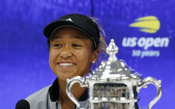 2018年にアジア勢初の全米オープン制覇を果たし、記者会見で笑顔を見せる大坂。以降、うつの症状に悩まされるようになったという=共同