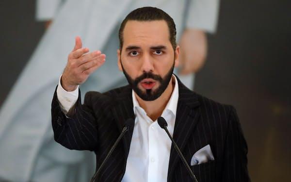 会見するエルサルバドルのブケレ大統領(6日、サンサルバドル)=ロイター