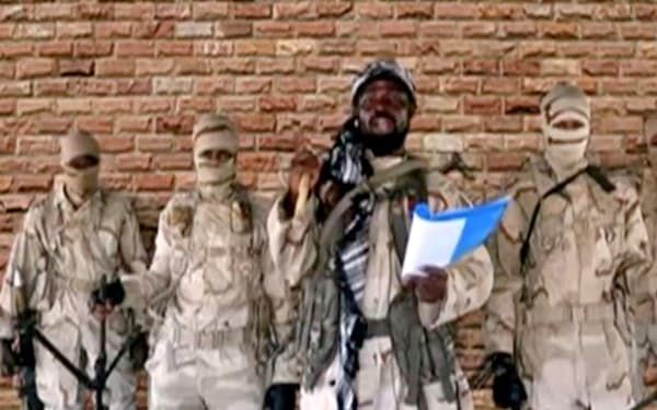 ボコ・ハラム指導者アブバカル・シェカウ容疑者(中央)のビデオ映像=Boko Haram/Sahara Reporters提供、ロイター・共同