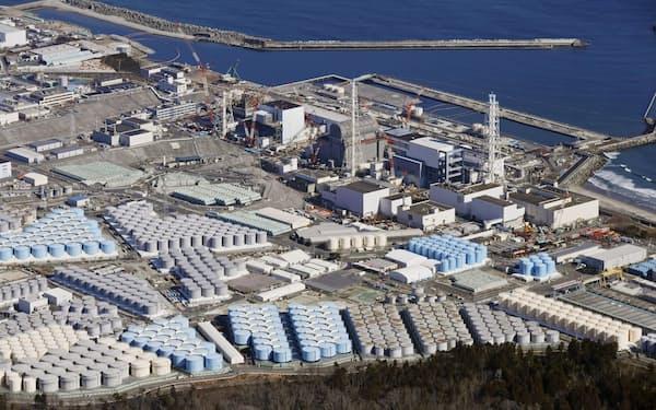 東京電力福島第1原発の敷地内に並ぶ処理水を保管するタンク(2月)=共同