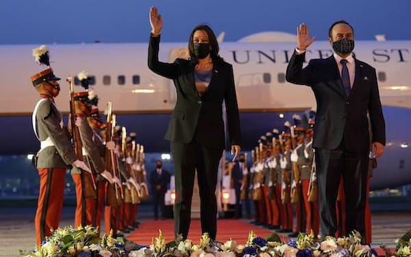 グアテマラに到着したハリス米副大統領(6日)=AP