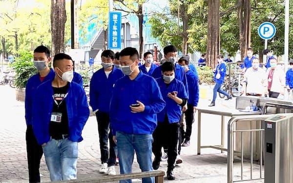 深圳市の条例改正案は工場などで働く非正規労働者の給与抑制につながる(市内の電子機器の工場)