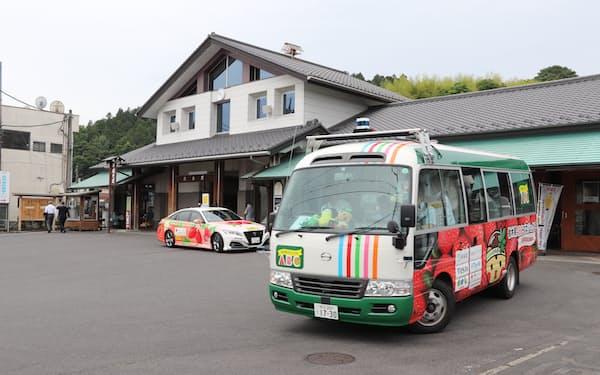真岡鉄道茂木駅を出発した自動運転バス(6日、栃木県茂木町)