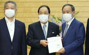 維新の片山共同代表㊥から消費税減税などの提言を受け取る菅首相(3日午前、首相官邸)
