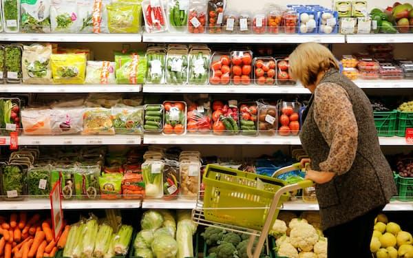 2000万人が貧困ラインを下回るロシアでは、食料価格は政府にとって重要な政治問題になっている(モスクワのスーパー)=ロイター