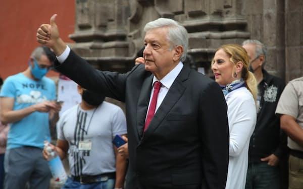 6日、投票を終えてポーズをとるロペスオブラドール大統領(メキシコ大統領府提供)