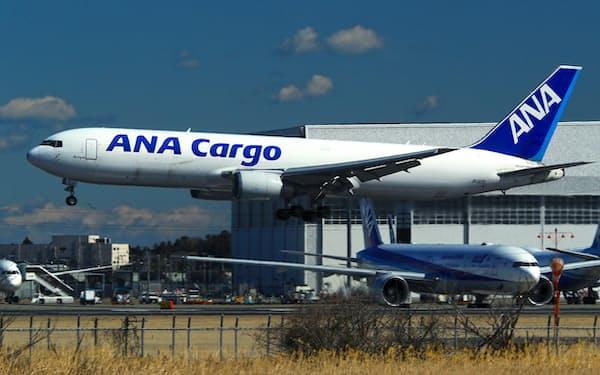 成田空港に着陸するANAカーゴの貨物機