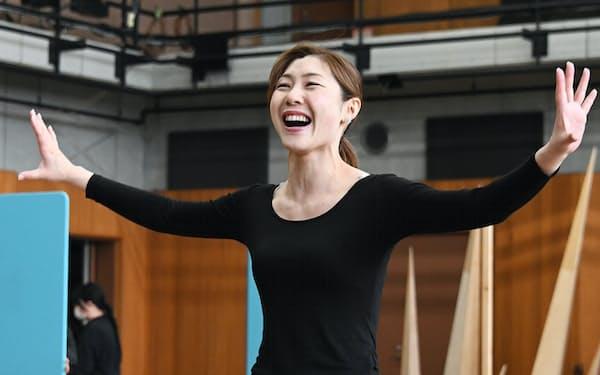 けいこ場で「ありのままで」を熱唱するエルサ役の岡本瑞恵=劇団四季提供