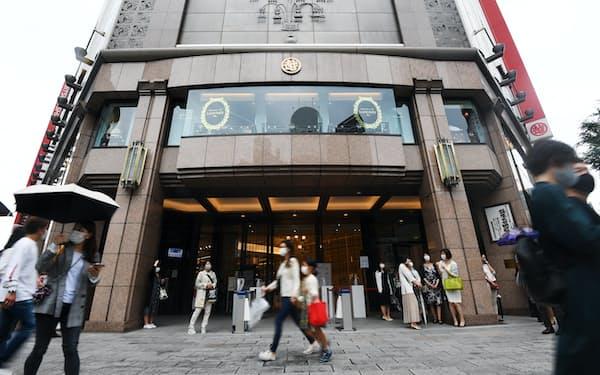 マスク姿の人たちが行き交う銀座三越前(2021年6月6日、東京都中央区)