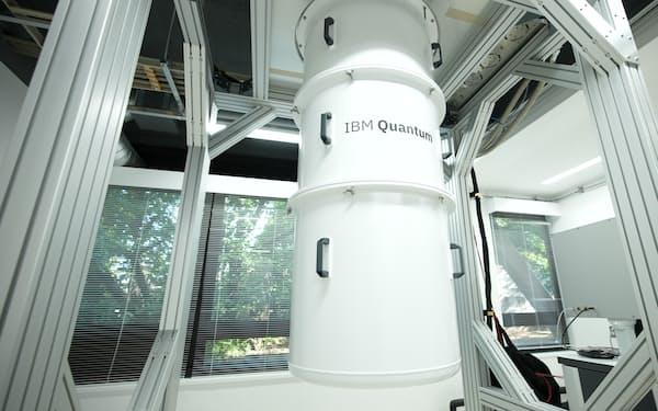 試験設備を活用して部品や材料の研究に取り組む(日本IBM提供)