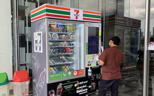 タイの商業施設に設置されたセブンイレブンの自販機(6日、バンコク)