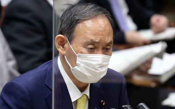 参院決算委で野党議員の質問に答える菅首相(7日)