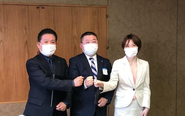 左から徳島都市開発の鈴江社長、高松三越の深沢取締役、徳島市の内藤市長
