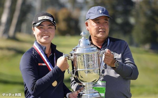 ゴルフの全米女子オープン選手権でメジャー初優勝を果たした笹生㊧はフィリピンに育ち、父の正和さんと二人三脚で腕を磨いた=ゲッティ共同