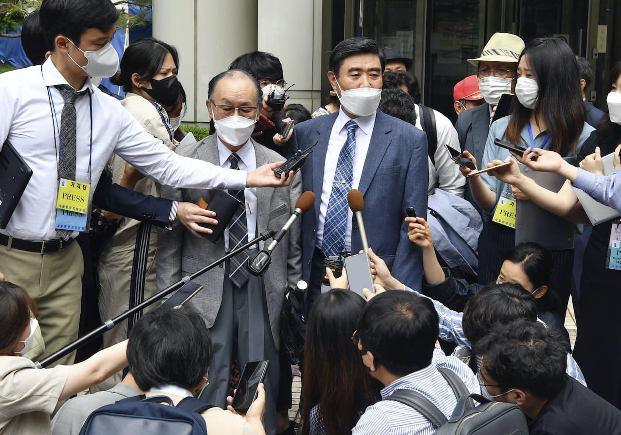 7日、ソウル中央地裁判決を受けて取材に応じる原告関係者=共同