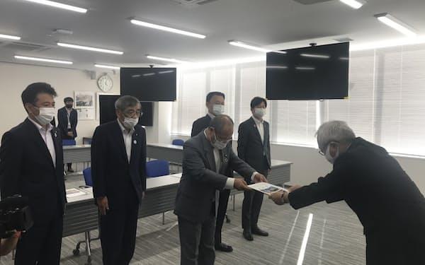 JR西日本にトロッコ列車存続を要望する雲南市長㊥ら(7日、鳥取県米子市)
