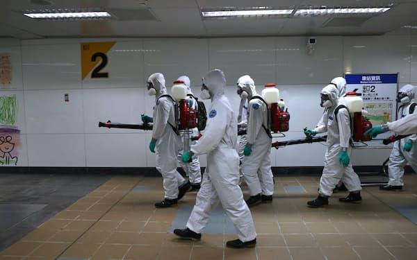 台湾では5月中旬から新型コロナの感染者が急増し、累計感染者は1万人を突破した(5月、台北市)=ロイター