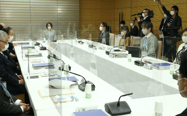 首相官邸で開かれた皇位継承のあり方に関する有識者会議。奥中央は小説家の綿矢りさ氏(7日、首相官邸)