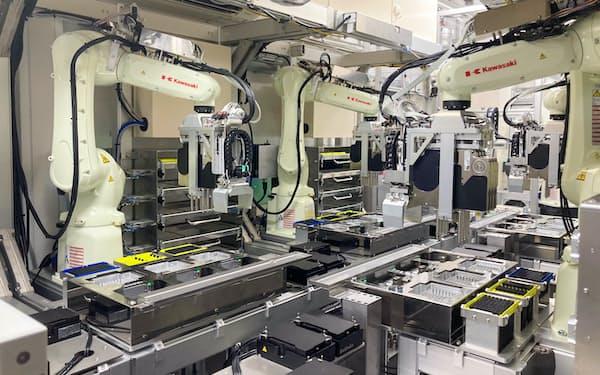 関西国際空港の自動PCR検査システムは13台のロボットが器用にアームを動かす