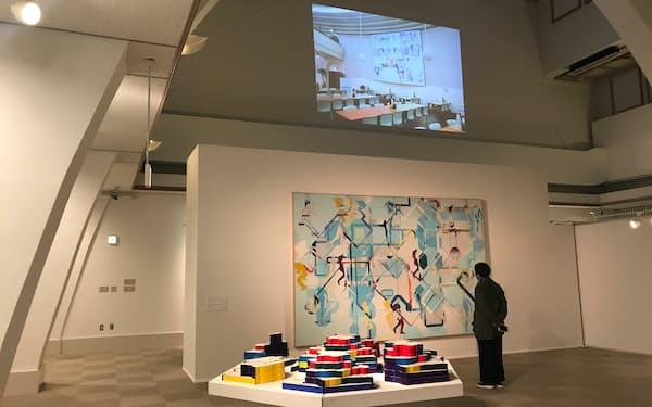 「宇佐美圭司 よみがえる画家」展では、誤って廃棄された絵画のデジタル再制作品を映像で紹介した