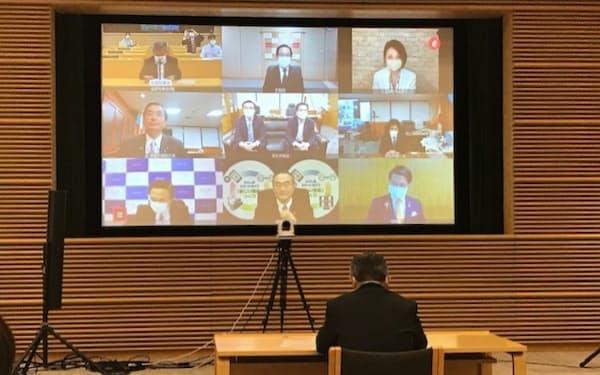知事会の飯泉会長らは、オンライン上で田村厚労相と意見交換した(7日)