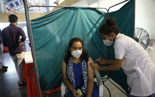 インドは21日から中央政府が地方政府にワクチンを供給する体制を整える=AP
