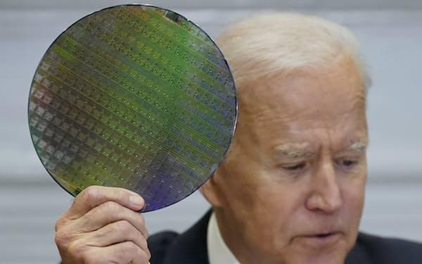 バイデン大統領は半導体生産の強化を目指す(4月、ホワイトハウス)=AP