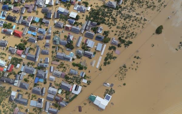 千曲川の堤防が決壊して広範囲に浸水した市街地