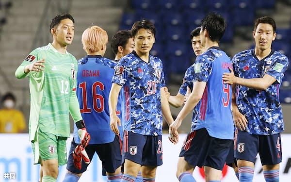 タジキスタン戦の内容はよくなかった。試合後、勝利に喜ぶ中谷(中央)ら日本代表=共同