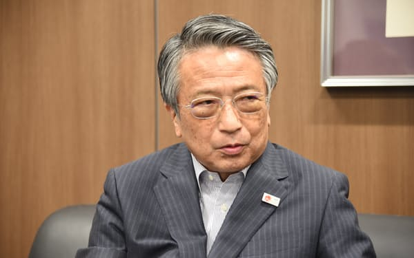 インタビューに応じる清野智理事長
