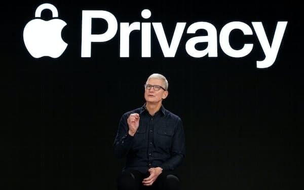 7日、アップルが開いたWWDCで新しい個人情報保護機能について話すクックCEO=ロイター