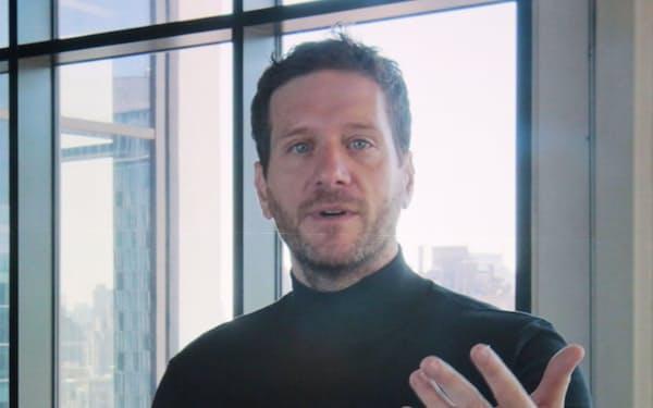 講演する米イエクストのハワード・ラーマン創業者兼CEO(8日午前、東京・大手町)