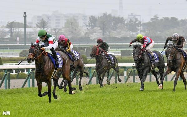 コントレイル(右から2頭目)は道悪だった大阪杯の疲れが抜けず宝塚記念を回避する=共同