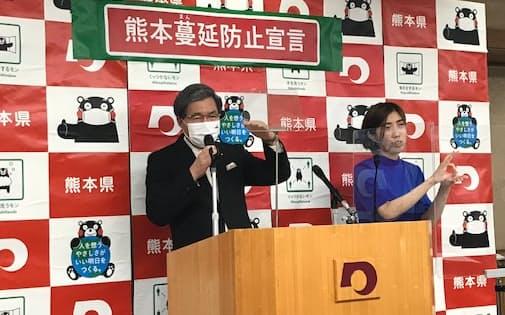 記者会見する熊本県の蒲島知事(8日、県庁)