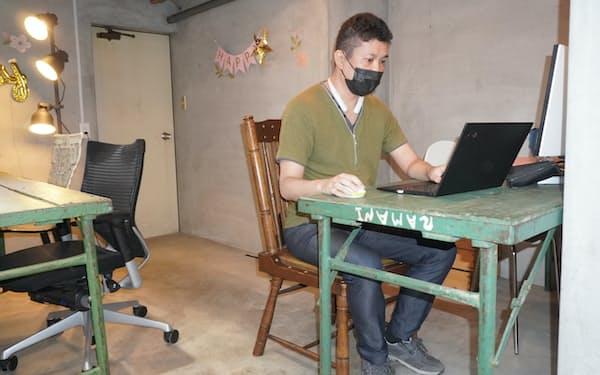 酒店を改装した物件で仕事をするADDress会員の船木健児さん(神奈川県小田原市)
