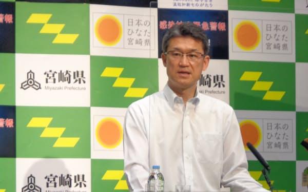 記者会見する、宮崎県の河野知事(8日、県庁)