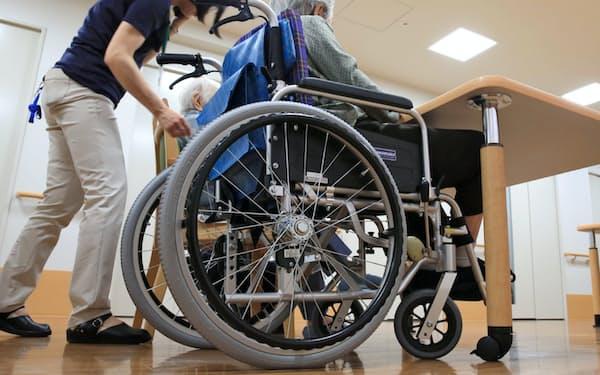 特別養護老人ホームの入所者と介護スタッフ(都内)
